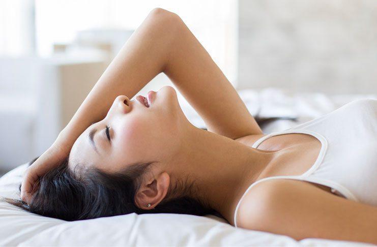 Женщина в экстазе при сексе