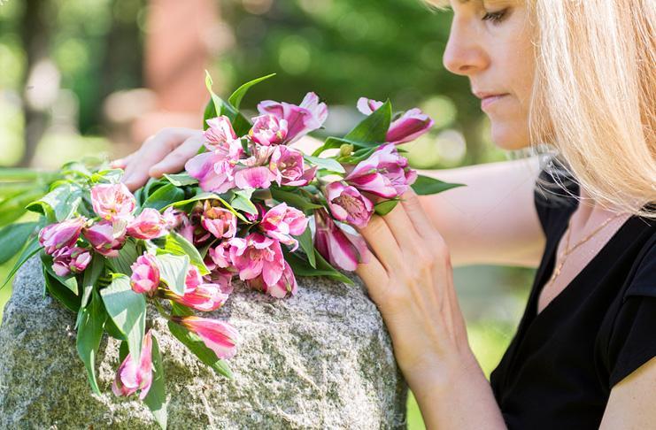 Ходить на кладбище во время месячных
